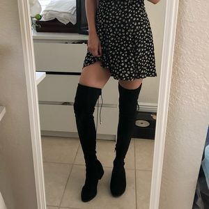 Black thigh high boots 👢 over the knee